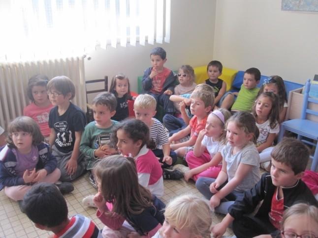 Les enfants de grande section à la bibliothèque