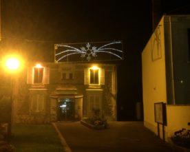 Enfants & agents décorent le village pour les fêtes