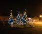 Enfants, bénévoles & agents décorent le village pour les fêtes